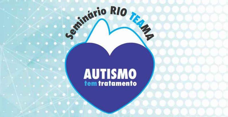 Retângulo horizontal azul com linhas e bolas brancas. No centro, logo do Seminário RIO TE AMA, composto pelo título do evento fazendo um arco por cima do contorno azul do morro Pão de Açúcar, preenchido de branco. Abaixo do morro, um coração azul escuro com os dizeres